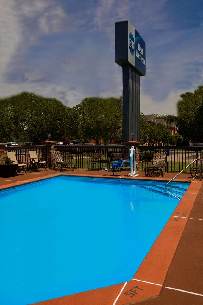 Best Western Chaffin Inn - Take a dip in our seasonal exterior salt-water pool. Perfect for family fun in the sun!