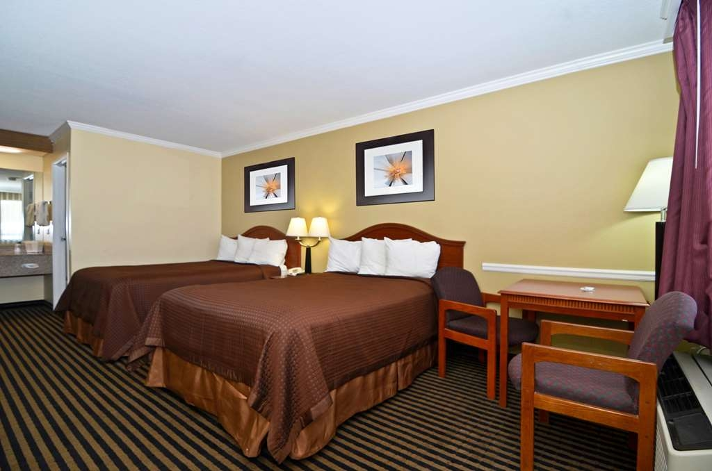 Best Western McKenzie - A Double Bed Room with a Table and Two Chairs