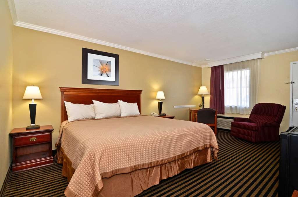 Best Western McKenzie - Guest Room with a King Size Bed and Recliner