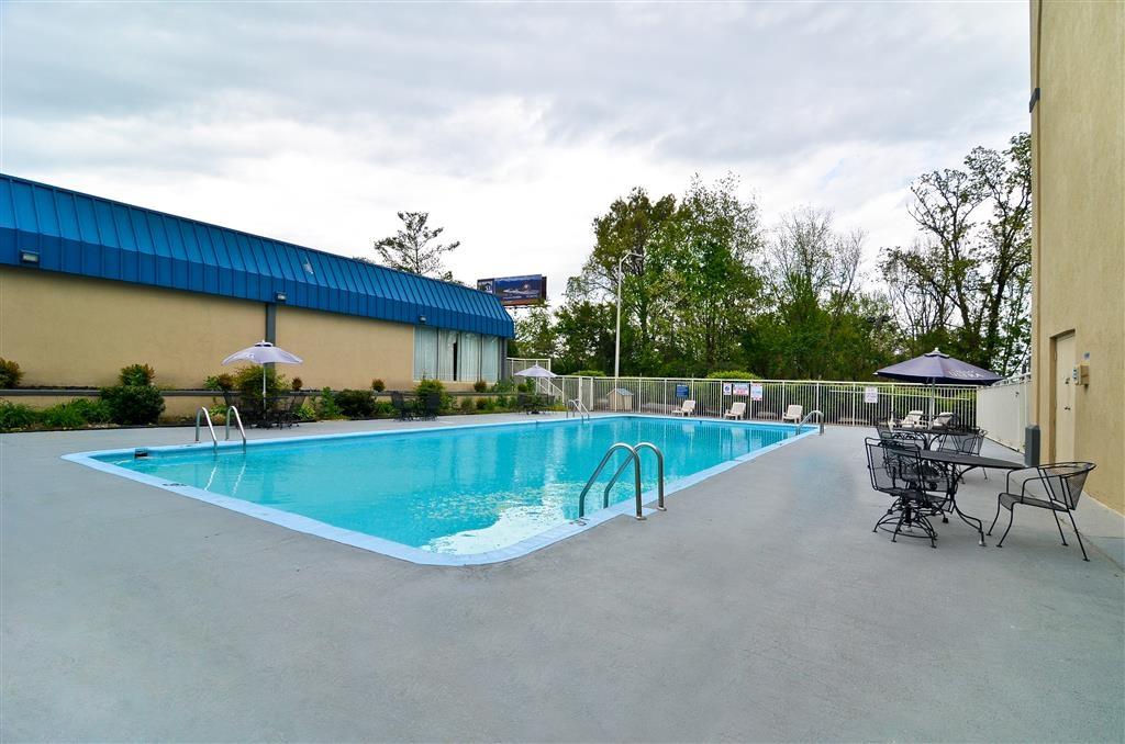 Best Western Johnson City Hotel & Conference Center - Nuestra piscina al aire libre es el lugar perfecto para recuperar fuerzas tras un día de recorridos por la zona.