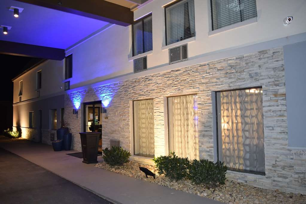 Best Western Executive Inn - Entrance at Night