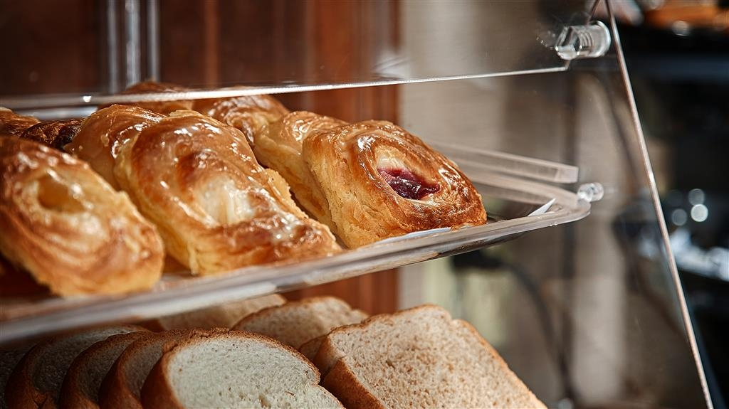 Best Western Tree City Inn - We stock our breakfast buffet with fresh breads and danishes. Grab one for on the go!