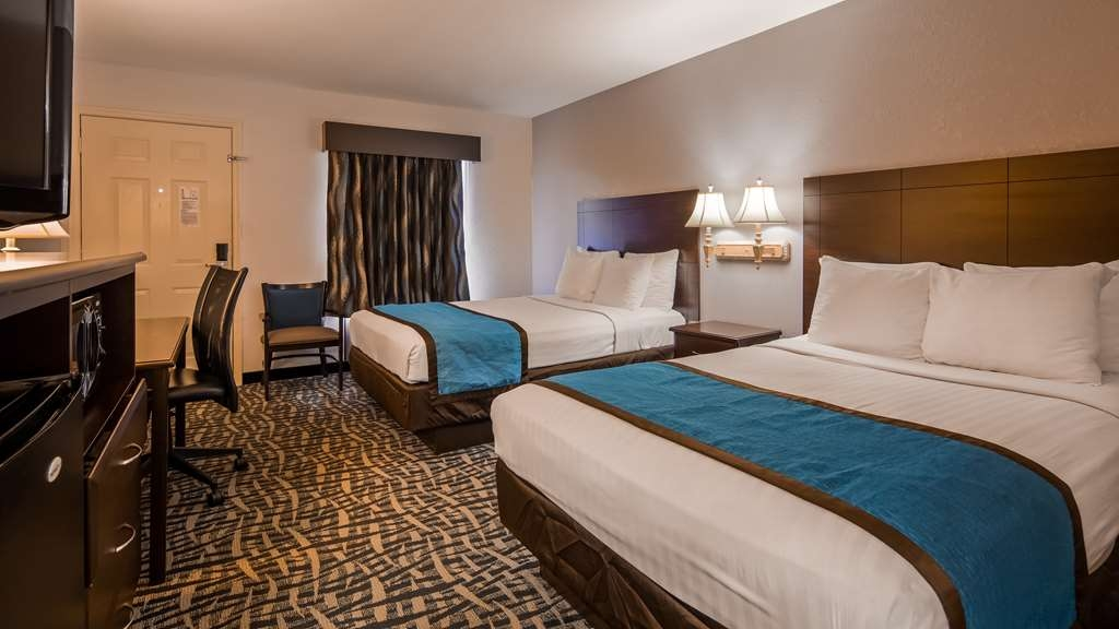 Best Western Tree City Inn - There's plenty of space in our double guest room for sleeping, eating and working.