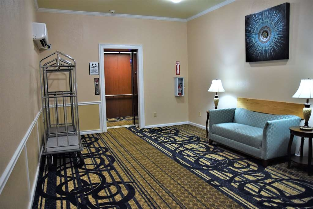 Best Western Spring Hill Inn & Suites - Elevator Area