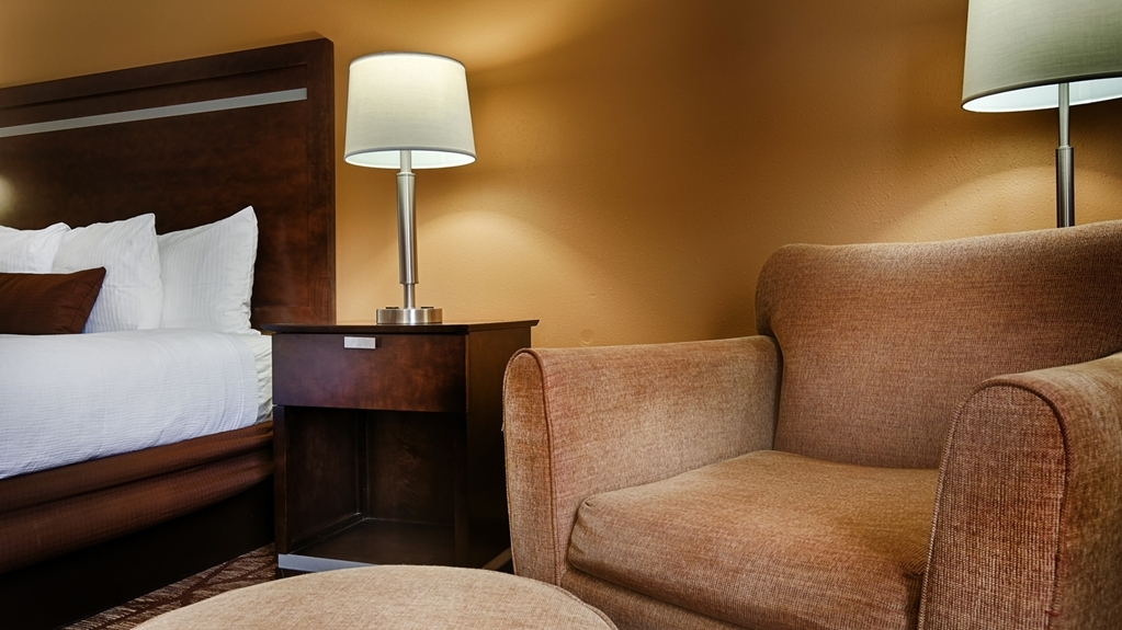 Best Western Plus Belle Meade Inn & Suites - At the end of a long day, relax in our clean, fresh king Room.