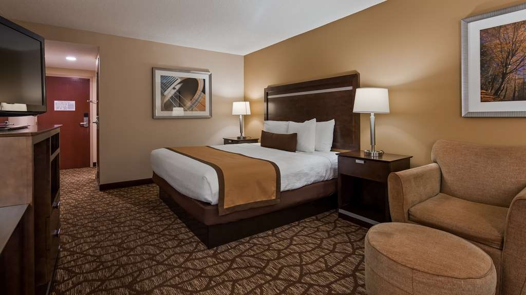 Best Western Plus Belle Meade Inn & Suites - At the end of a long day, relax in our clean, fresh single king room.