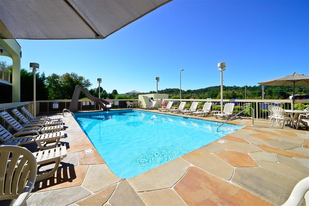 Best Western Cades Cove Inn - Splash around and have fun with the family in our outdoor pool for endless hours of fun.