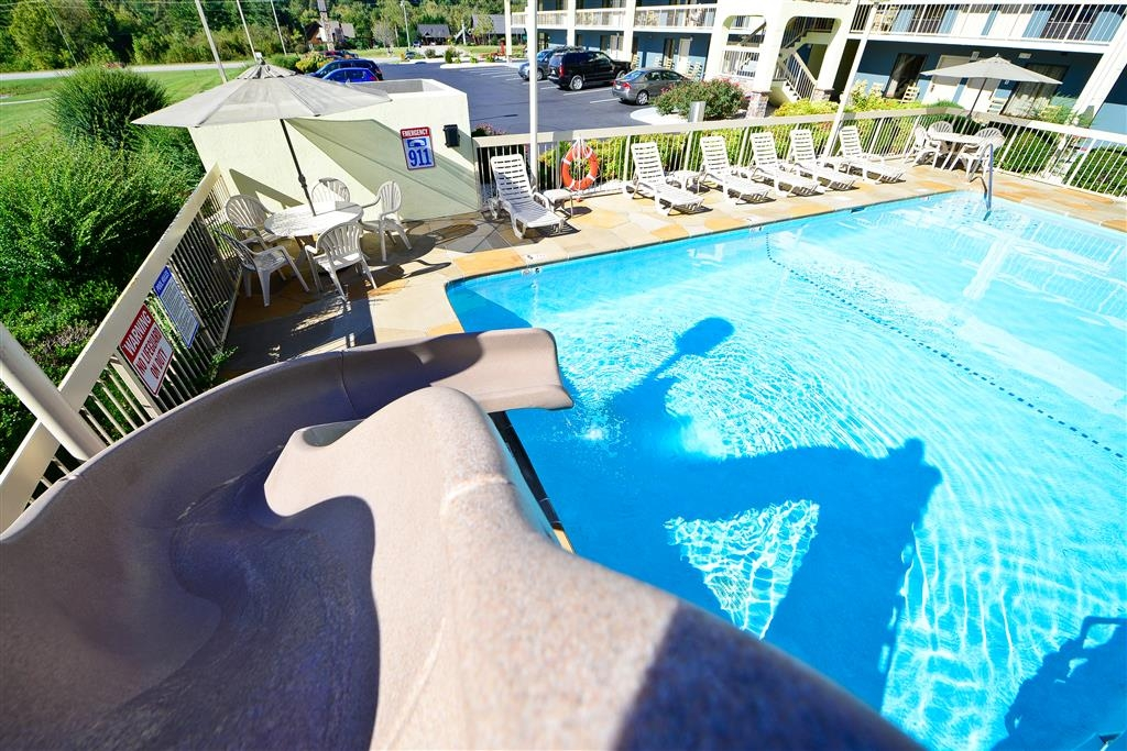 Best Western Cades Cove Inn - Take a ride down our slide in our outdoor pool!