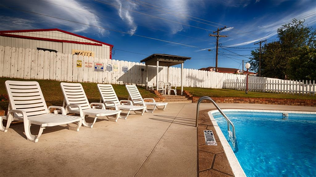 Best Western Decatur Inn - Our guests just love catching some rays by the pool!