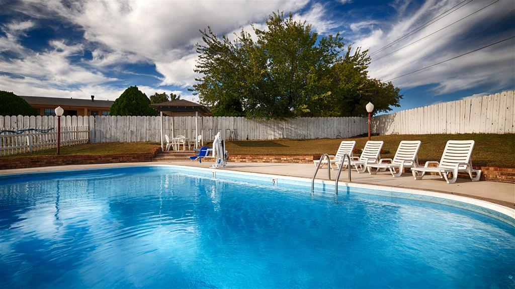 Best Western Decatur Inn - There's nothing better than a nice relaxing day by our pool!