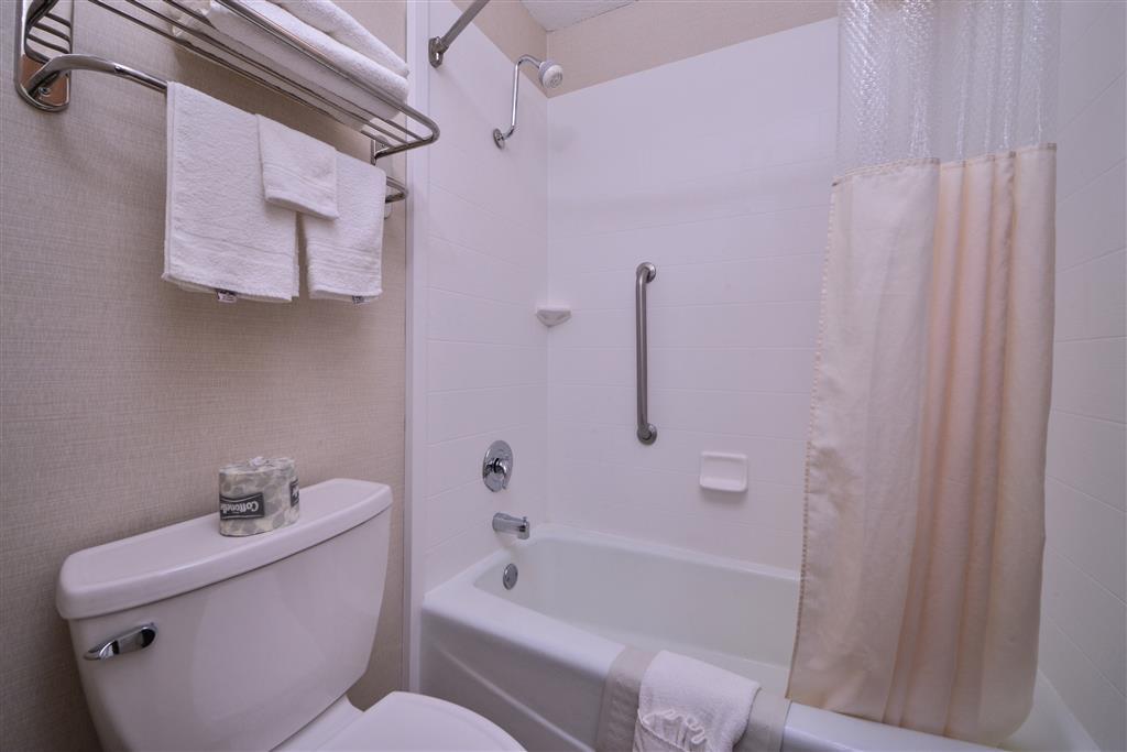 Best Western Northgate Inn - Vous apprécierez de vous préparer pour une journée d'aventure dans cette salle de bains entièrement équipée.