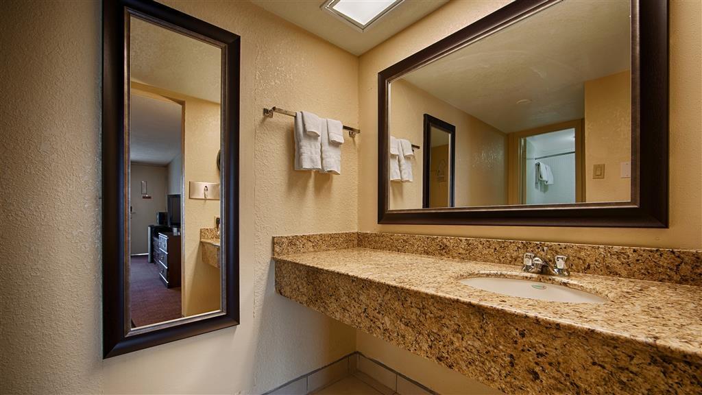 Best Western Inn of Del Rio - Prepárese con la mayor comodidad para un completo día de aventuras en este cuarto de baño con un completo equipamiento.