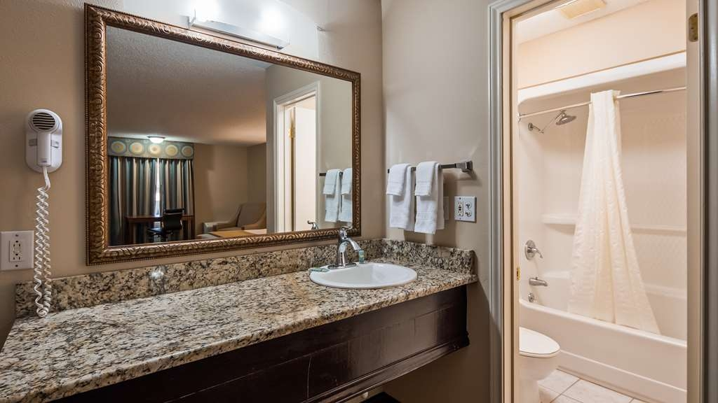 Best Western Sunday House Inn - Guest Bathroom