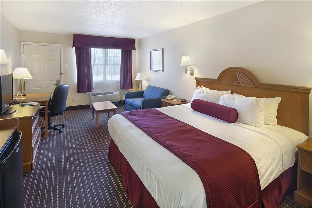 Best Western Brady Inn - Our king guest room offers plenty of space with a sofa to relax and 32-inch flat screen TV.