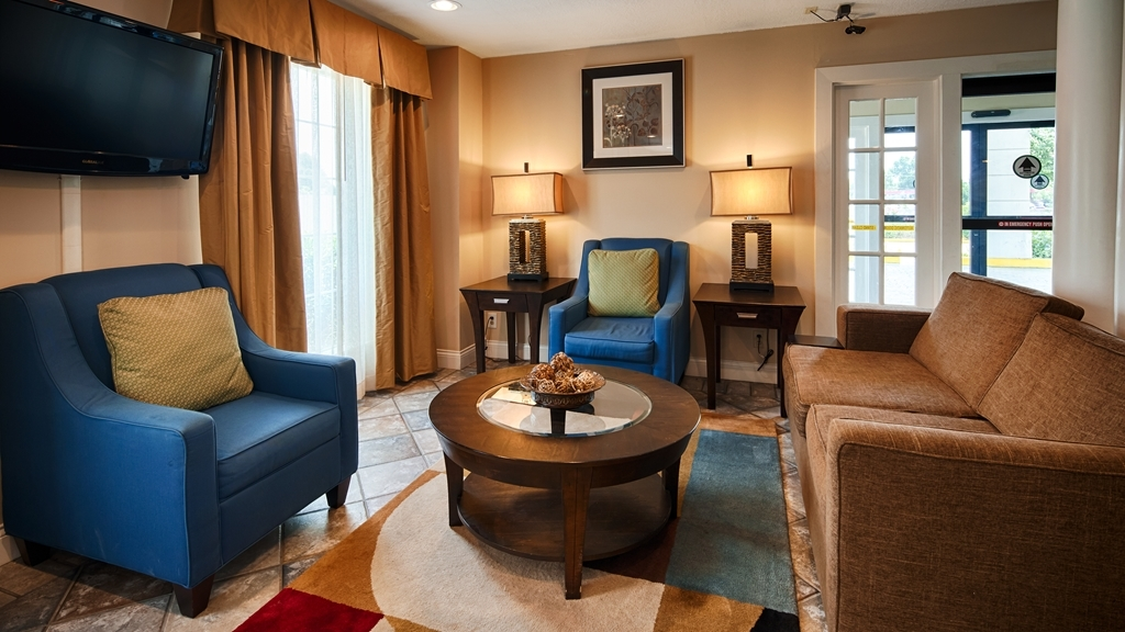 Best Western San Marcos - Our hotel lobby area offers a relaxing place to read a book or socialize with colleagues and friends.