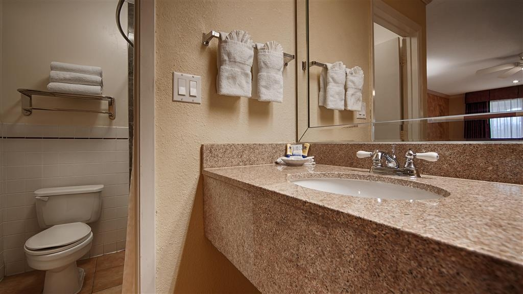 Best Western Pearland Inn - Guest Bathroom