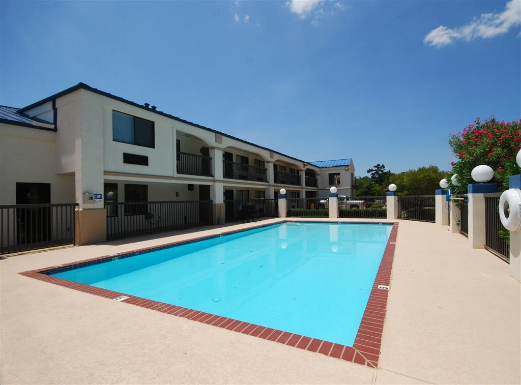 Best Western Inn of Kilgore - Have some fun in the sun with your family at our outdoor pool!