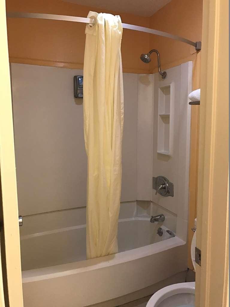 Best Western Northpark Inn - Prepárese con la mayor comodidad para un completo día de aventuras en este cuarto de baño con un completo equipamiento.