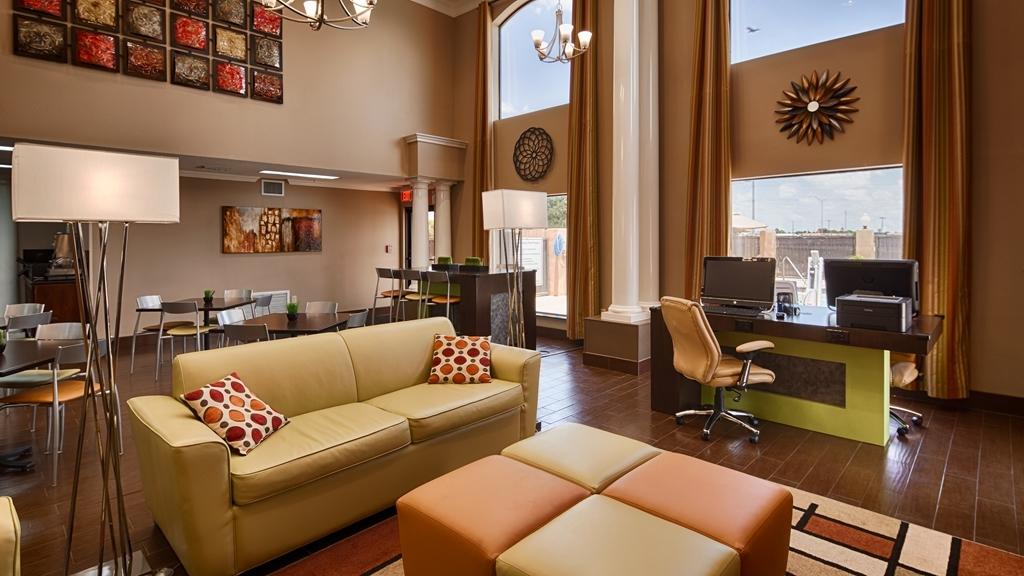 Best Western Inn & Suites - Vista del vestíbulo