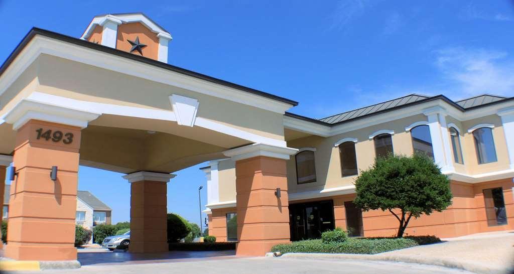 Best Western Inn & Suites - Hotel entrance and guest registration