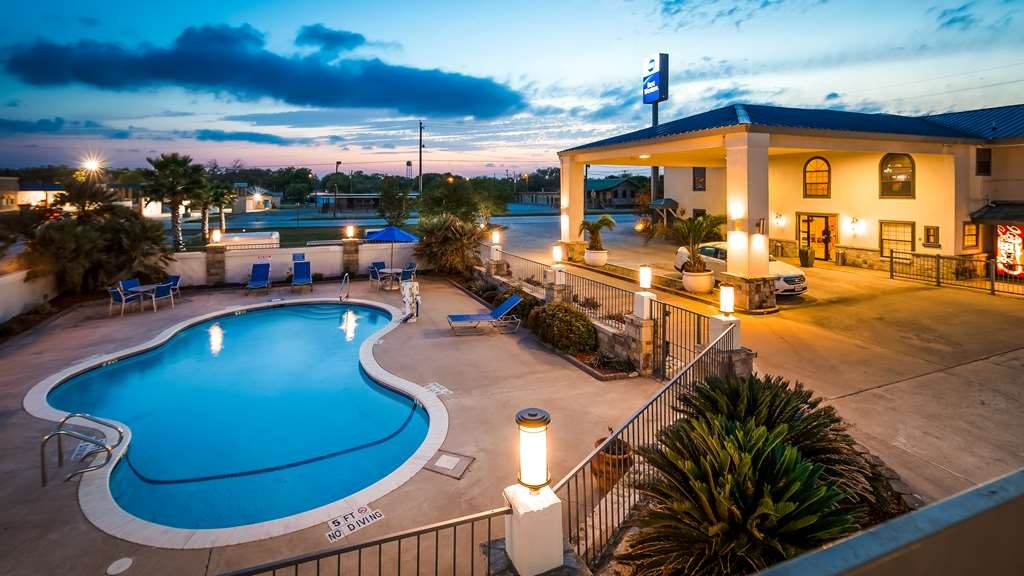 Best Western George West Executive Inn - Vista de la piscina
