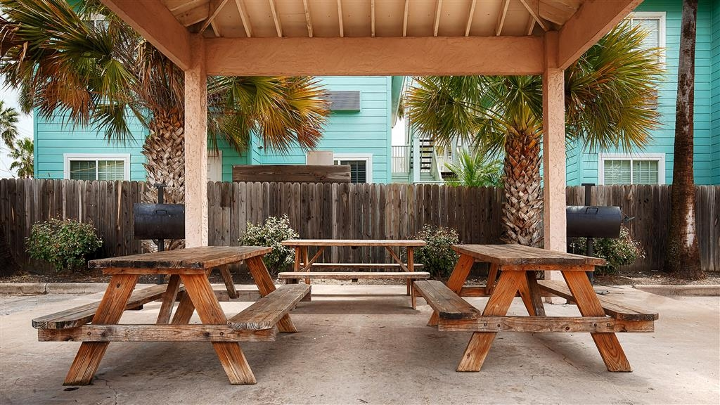 Best Western Port Aransas - Relax while the burgers are on the grill at our picnic area.