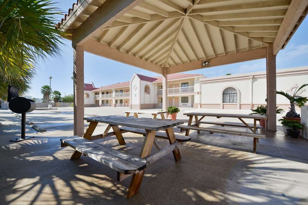 Best Western Port Aransas - Our outdoor picnic area boasts two BBQ grills and family-style seating.