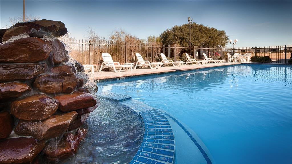 Best Western Inn of Brenham - Vista de la piscina