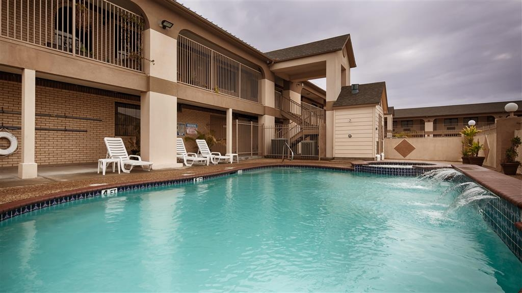 Best Western Deer Park Inn & Suites - Swimmingpool im Freien und Wannen-Whirlpool.