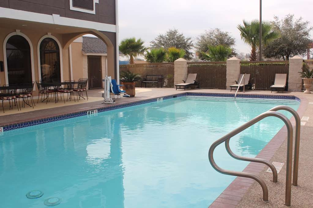 Best Western Heritage Inn - Splash around and have fun with the family with the family in our outdoor pool for endless hours of fun.