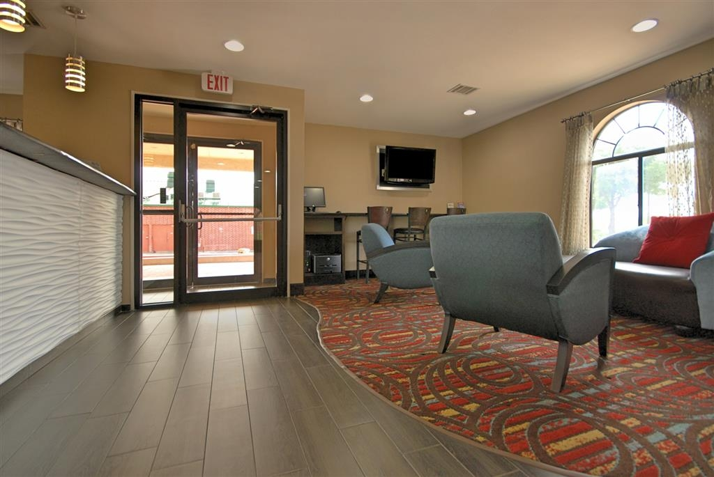 Best Western Cedar Inn - Our lobby features comfortable chairs to sit and relax, or a 24-hour business center to catch up with the lastest news.