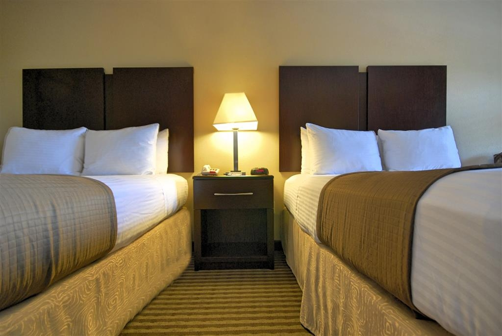 Best Western Cedar Inn - Pull back the covers, hop in and catch your favorite TV show on our 37-inch flat screen TV, complete with HBO®.