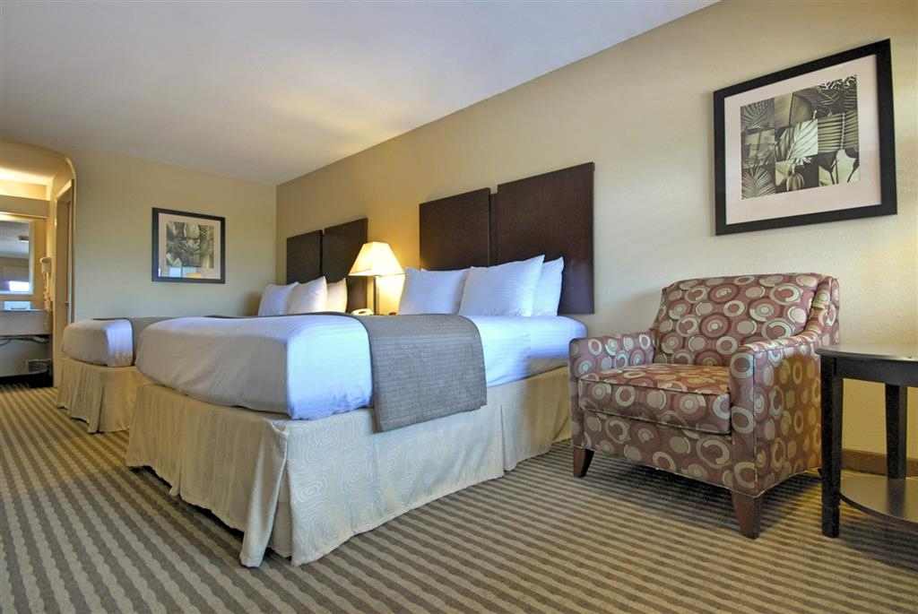 Best Western Cedar Inn - Wake up refreshed in this standard two queen guest room featuring a microwave and refrigerator.