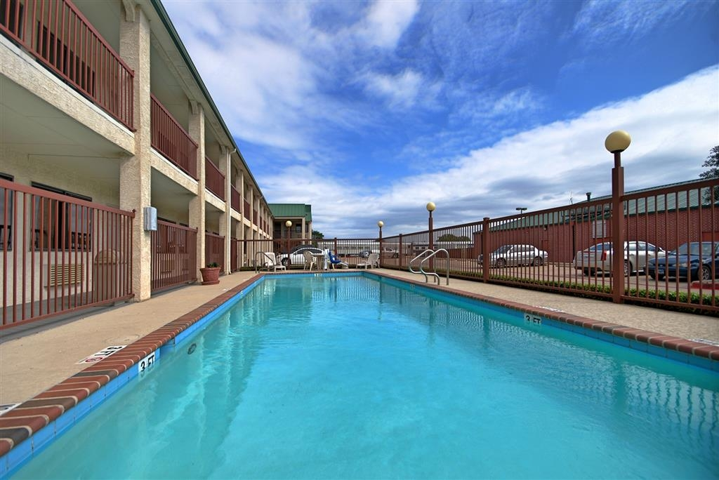 Best Western Cedar Inn - Relax and feel rejuvinated with a swim in our outdoor swimming pool.