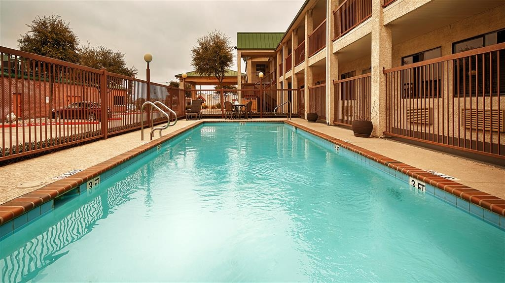 Best Western Cedar Inn - Outdoor Swimming Pool