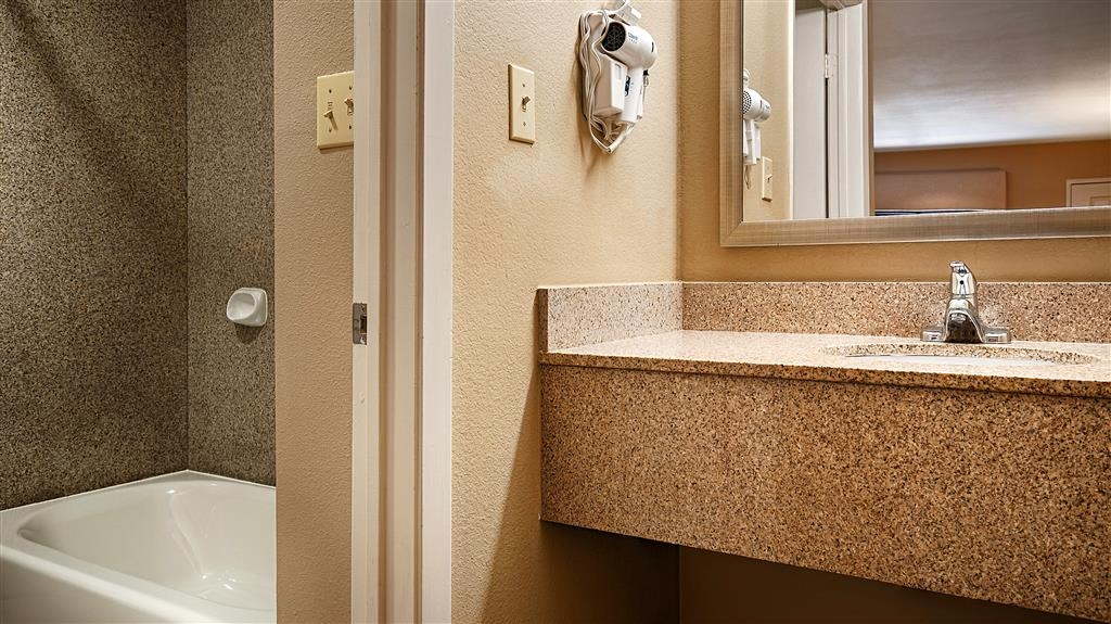 Best Western Cedar Inn - Guest Bathroom