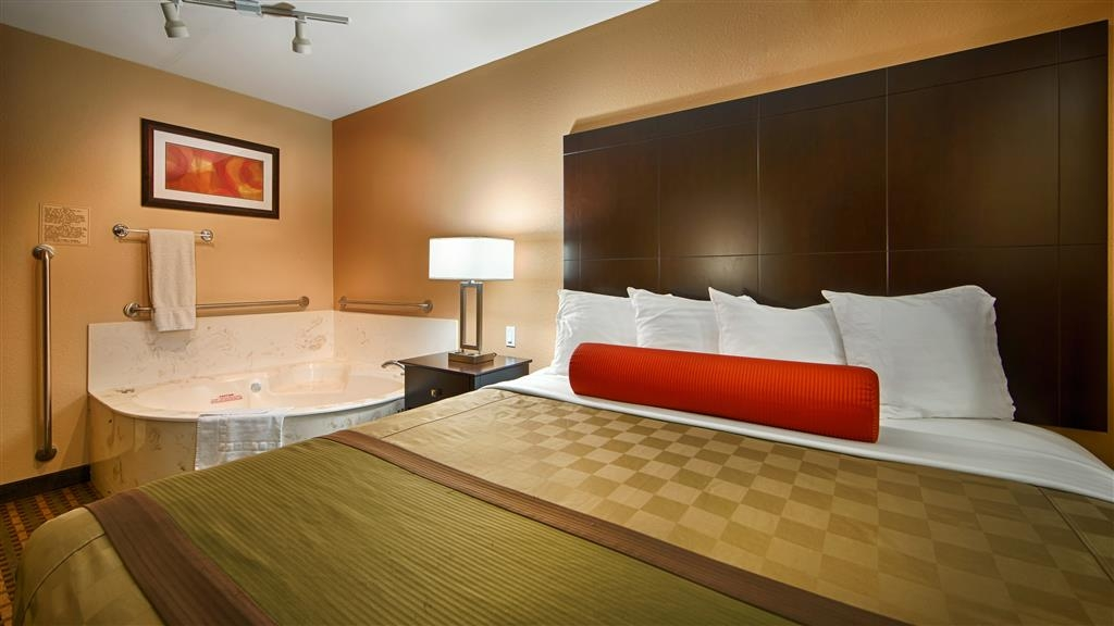 Best Western Plus Edinburg Inn & Suites - Deluxe King Jacuzzi room