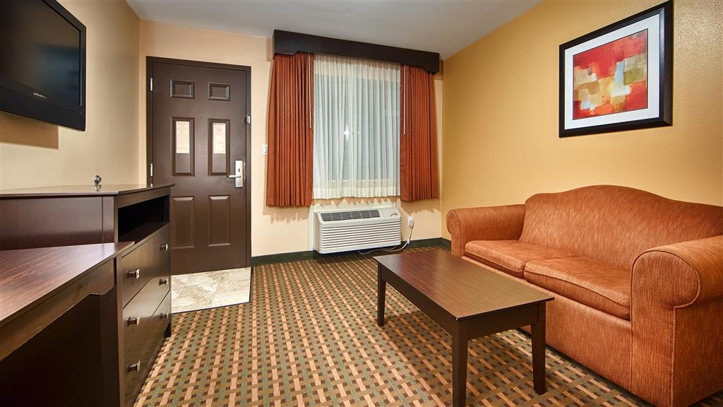 Best Western Plus Edinburg Inn & Suites - Deluxe Guest living room area