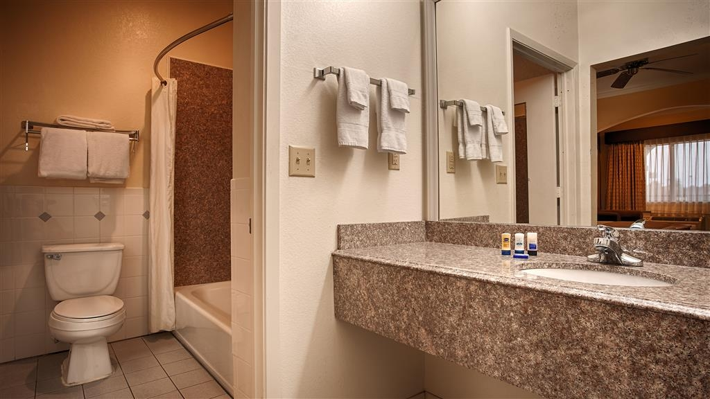 Best Western Inn of Navasota - Guest Bathroom