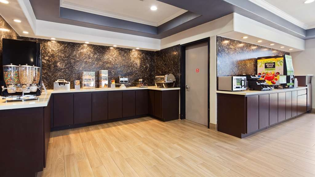Best Western Plus North Houston Inn & Suites - Fuel up on a complimentary breakfast before heading out to Houston's best attractions.