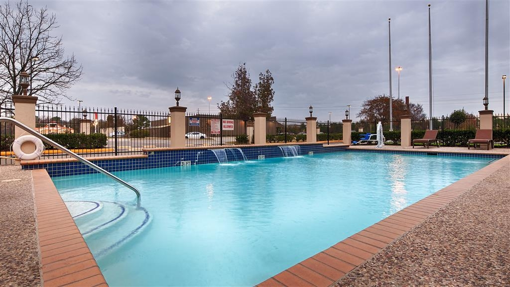 Best Western Plus North Houston Inn & Suites - Splash around and have fun with the family in our outdoor pool for endless hours of fun.