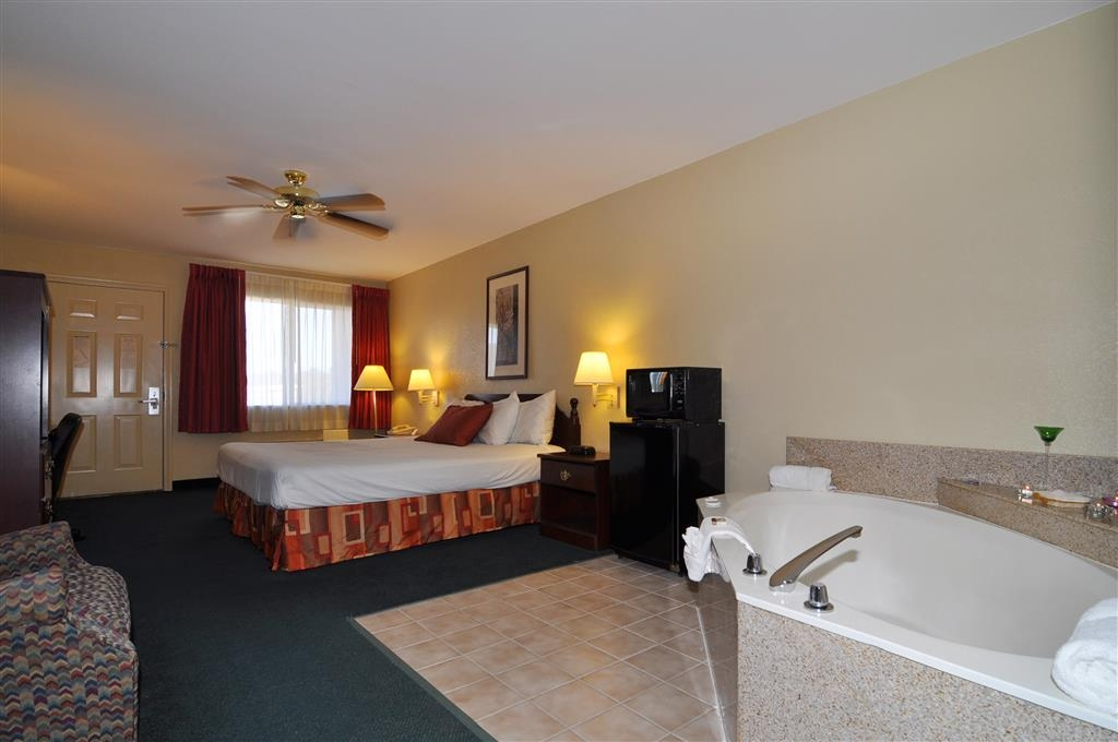 Best Western La Hacienda Inn - Enjoy a romantic getaway by treating yourself to a memorable stay in our whirlpool suite.