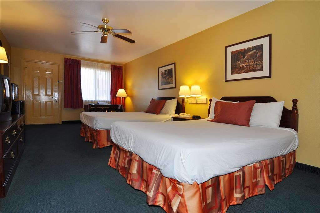 Best Western La Hacienda Inn - Our two queen guest room is spacious and offers you a comfortable place to unwind.