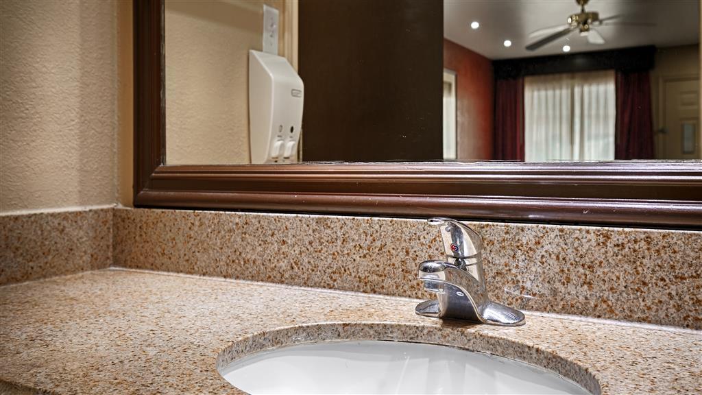 Best Western La Hacienda Inn - Guest Bathroom