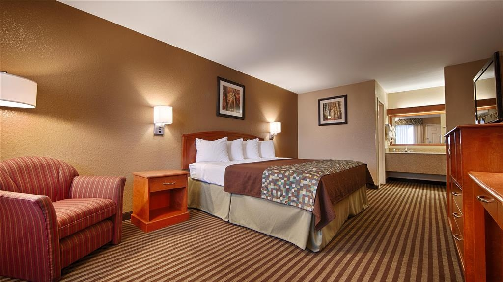 Best Western Windsor Inn - Our spacious king guest room offers all the amenities of home with 32-inch flat screen TV, microwave and refrigerator.