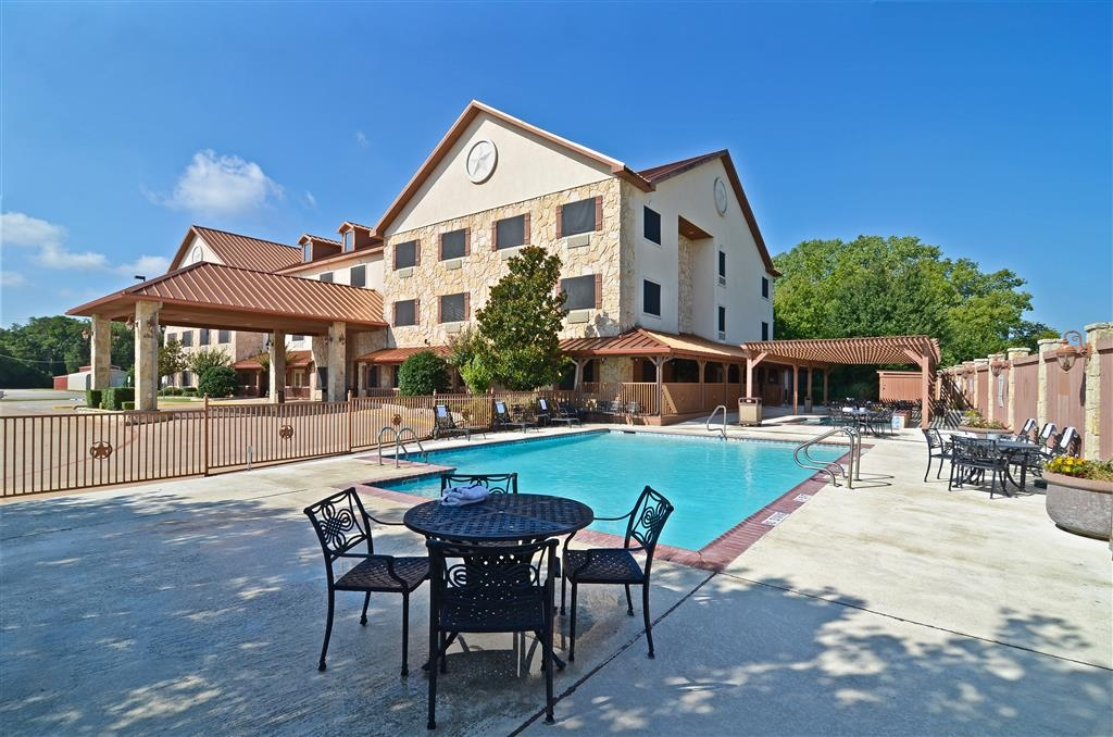 Best Western Dinosaur Valley Inn & Suites - Whether you want to relax poolside or take a dip, our outdoor pool area is the perfect place to unwind.