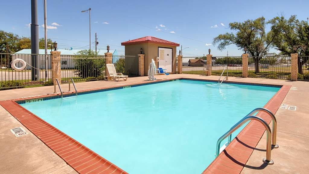 Best Western Snyder Inn - Splash around and have fun with the family in our outdoor pool during summer.