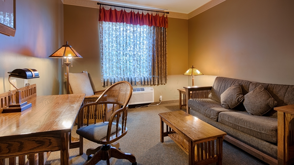 Best Western Plus Sunset Suites-Riverwalk - Settle in for the evening and relax in our suite living area.