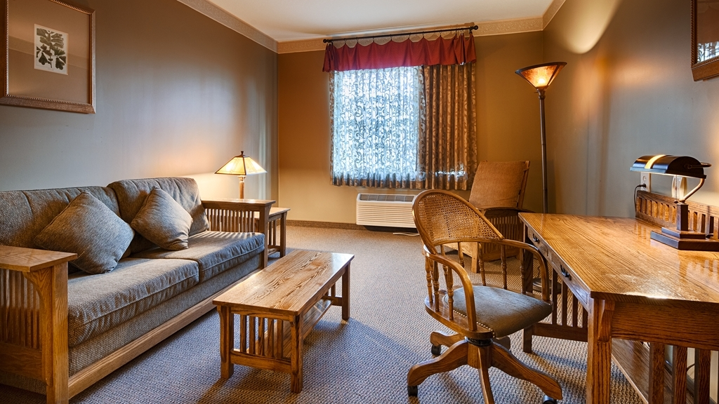 Best Western Plus Sunset Suites-Riverwalk - Book our suite 2 double beds so you can stretch out and relax!