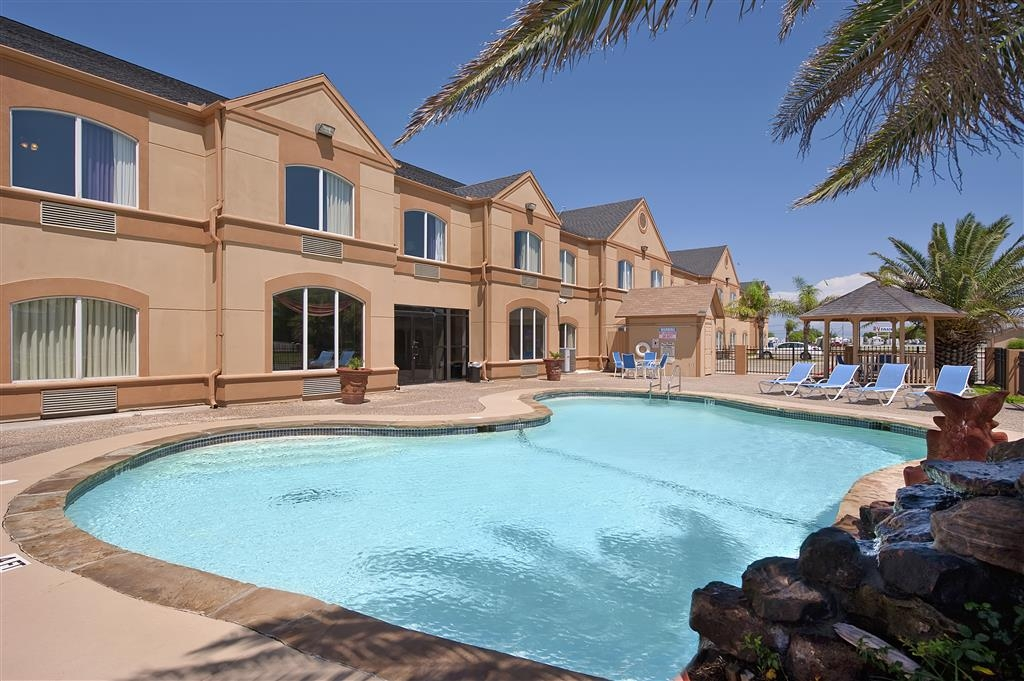 Best Western Port Lavaca Inn - Take a relaxing dip in our outdoor pool.
